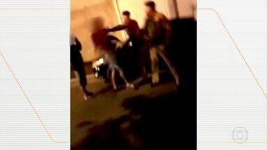 PM do Paraná vai apurar agressões cometidas por policiais - A abordagem no Noroeste do estado foi filmada. Os policiais militares aparecem empurrando e dando tapas em jovem.