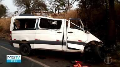 Van que se envolveu em acidente com 12 mortes na BR-365 tinha irregularidades, diz delegad - Registro para transporte estava vencido e motorista não era cadastrado para dirigir o veículo; Acidente ocorreu na madrugada de domingo (20), em Patos de Minas.