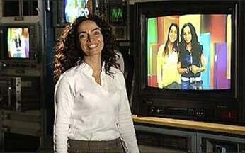 Cláudia Ohana participa do Espelho Mágico! - Sarah Oliveira transforma uma fã na personagem Cida, de A Favorita.