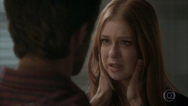 Jonatas se preocupa com viagem de Eliza - O rapaz tenta incentivar a namorada, mas fica inseguro ao saber que Arthur vai junto com a modelo