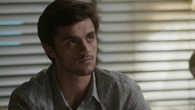 Eliza revela a Jonatas que vai para Paris - Apesar da viagem, a modelo diz que não quer se afastar do namorado