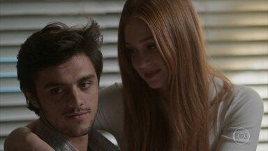 Jonatas apoia a decisão de Eliza - O rapaz garante que vai visitar a namorada em Paris durante as férias