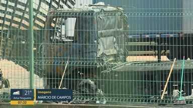 Incêndio atinge quatro caminhões de transportadora em Nova Odessa - Empresa fica na Rodovia Arnaldo Júlio Mauerberg. Dois veículos foram atingidos parcialmente e dois foram completamente destruídos pelo fogo, diz Corpo de Bombeiros.