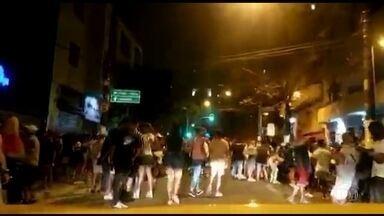 Aglomeração na região central de São Paulo - Os flagrantes de aglomeração foram registrados na rua Peixoto Gomide, conhecida pela vida noturna. Jovens sem máscara se reuniram em frente a bares e restaurantes. A calçada ficou lotada.