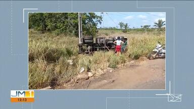 Caminhão capota e por pouco não atinge poste - Acidente aconteceu na BR-316 na madrugada desta segunda-feira (28).
