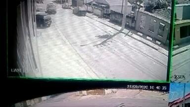 """Motorista perde controle do veículo e 'invade' casa em Votorantim - Uma câmera de segurança registrou o momento em que um carro """"invadiu"""" uma casa no Jardim Archila, em Votorantim (SP), na noite de domingo (27)."""