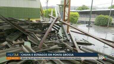 Temporal danifica casas, derruba árvores e deixa regiões sem eletricidade em Ponta Grossa - Segundo Simepar, ventos passaram de 60 km/h. Ao menos 12 árvores caíram na cidade.