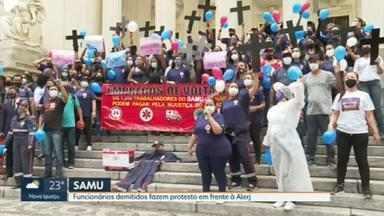 Ex-funcionários do Samu fazem protesto na porta da Alerj - Os profissionais reclamam que, desde a demissão, não receberam os salários atrasados e o pagamento da rescisão.