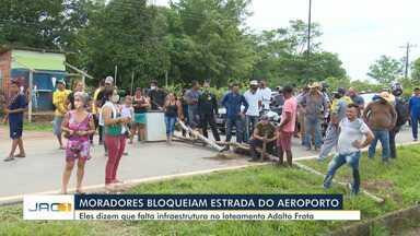 Moradores fecham rua e causam congestionamento durante protesto por melhoria de ramal - Moradores fecham rua e causam congestionamento durante protesto por melhoria de ramal
