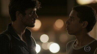 Riscado diz a Jonatas que não roubou Gilda - Carlinhos se preocupa com a situação de Riscado. Eliza sugere que a mãe contrate outra pessoa