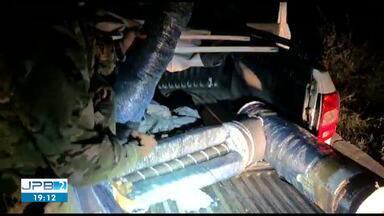 Homem é preso com mais de 20 quilos de maconha escondidos dentro de rolos de tecido, na PB - Ele foi preso pela PRF em Serra Branca.