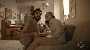 Capítulo de 29/09/2020 - Caio Blat e Luisa Arraes vivem um relacionamento recém-iniciado, quando o casal precisa passar todo o período de isolamento social juntos