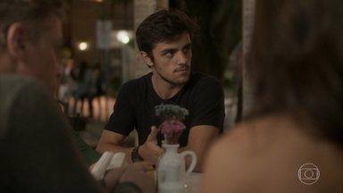 Jonatas estranha ao encontrar Arthur e Carol no Flor do Lácio - O advogado de Eliza chega no local para conversar com os três
