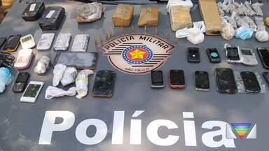 Dois foram presos com drogas perto do Pemano - A intenção era jogar as mochilas para dentro da prisão.