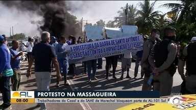 Funcionários da SAAE protestam após leilão da Casal - Os dois sentidos da AL-101 chegaram a ser interditados.