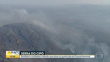 Bombeiros explicam como está sendo o combate ao fogo na Serra do Cipó - O incêndio entra no 4ª dia em vegetação do Parque Nacional.