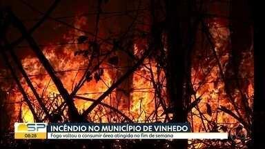 Incêndios atingem áreas de mata em Vinhedo e Campinas - No município de Campinas, fogo se alastrou e atingiu a Estação Carlos Gomes. Já em Vinhedo, fogo foi em uma área de mata de difícil acesso.