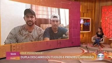 Diovany e Ramon se divertem ao falar de perrengue que ficou famoso na internet - Dupla descarregou carga de tijolos sem perceber que não tinha deixado espaço para sair com o caminhão