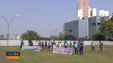 Profissionais de educação física pedem a volta das atividades - Eles se reuniram nesta quinta em frente à prefeitura.
