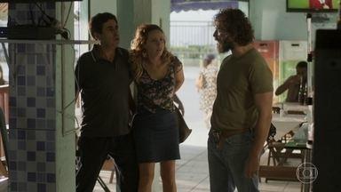 Dino é agressivo com Gilda e Hugo a defende - Os dois se enfrentam e Gilda tenta acalmá-los