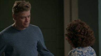 Arthur descobre que Eliza terminou o namoro - Cida não segura a língua e conta a novidade