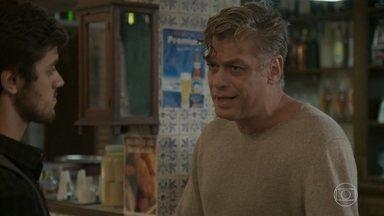 Arthur e Jonatas vão até o Flor do Lácio atrás de Eliza - Os dois se preocupam com a segurança da modelo e discutem