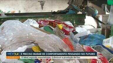 Descarte incorreto de materiais recicláveis gera desperdício para os coletores - Material nem sempre pode ser aproveitado, já que muito lixo orgânico está vindo misturado ao reciclável.
