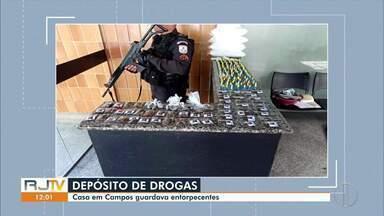 Operação da Polícia Militar encontra casa com entorpecentes em Campos, no RJ - De acordo com a PM, havia mais de 157 pinos de cocaína, além de maconha, balança de precisão, material para o embalo de drogas, entre outros objetos.