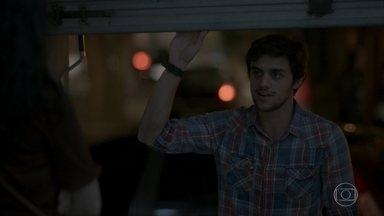 Jonatas vai até a casa de Eliza para fazer uma surpresa - Jonatas admite que perdeu Eliza e Fabinho tenta consolar o amigo. Débora e Charles conversam sobre Eliza e Jonatas. Jonatas se encontra com Leila e ela confessa estar cheia de dúvidas em relação a Rafael. Débora e Charles torcem para que Jonatas tenha uma noite especial com Eliza. Dino ataca o segurança do lado de fora do Flor do Lácio