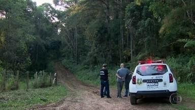 Polícia do PR investiga se corpos de três mulheres são de amigas que desapareceram juntas - Uma perícia vai confirmar a identidade das três jovens. A polícia também apura se um carro abandonado próximo ao local onde os corpos estavam tem ligação com as mortes.