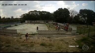Vândalos invadem escolas fechadas durante a pandemia - Câmeras de segurança registraram invasores pulando muros e destruindo as instituições.