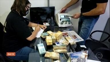 PF revela esquema para vender ouro extraído de garimpos irregulares, em Goiás - Uma investigação da Polícia Federal revelou um esquema para vender ouro extraído de garimpos irregulares em Goiás. Os garimpeiros e também empresários que compravam o metal de forma totalmente ilegal estão na mira da PF.