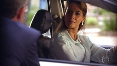 Duque convida Yvete para tratar de negócios - Yvete observa Casssiano, Ester e Samuca juntos em frente à escola do menino
