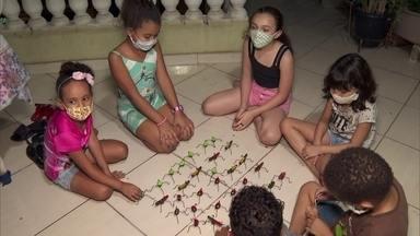 Famílias dão um novo sentido ao Dia das Crianças - Em vez dos presentes caros, brinquedos que estimulam os sentidos. E mais, que trazem união para dentro de casa.
