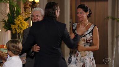 Samuel e Lindaura chegam no jantar oferecido por Guiomar - Dionísio recebe os convidados efusivamente