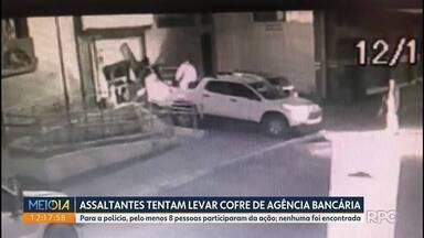 Polícia tenta encontrar as oito pessoas envolvidas na invasão a uma agência em Cerro Azul - Os bandidos chegaram a tirar o cofre de dentro da agência, mas não conseguiram carregá-lo e fugiram.