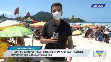 Turistas aproveitam feriado com sol em Ubatuba - Temperatura deve chegar a 30 graus nesta segunda-feira (12).