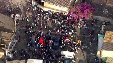 Pancadão em São Paulo que começou no domingo terminou hoje, com pancadaria - Centenas de pessoas se aglomeraram nas ruas, sem máscaras, espalharam lixo e ainda subiram em cima de carro. A Polícia disse que foi chamada, mas como o pancadão já tinha começado ficou apenas acompanhando.