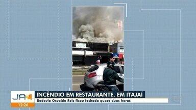 Restaurante pega fogo em Itajaí e rodovia Osvaldo Reis fica fechada por duas horas - Restaurante pega fogo em Itajaí e rodovia Osvaldo Reis fica fechada por cerca de duas horas
