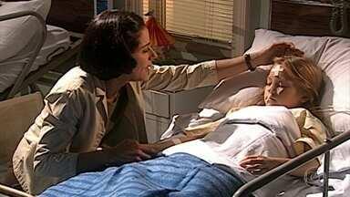 Yvete conversa com a filha adormecida - Ela se emociona com a situação delicada da filha