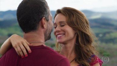 Tancinha e Apolo trocam declarações de amor - Apaixonados desde a infância, Tancinha reclama por ter que ficar longe do amado