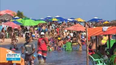 Praias ficam lotadas em Salvador e Camaçari por causa do feriadão - Em Cabuçu também foi registrado grande movimento nesta terça-feira.