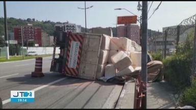 Carreta tomba em frente ao cemitério do Saboó - Veículo carregava algodão e estava indo para o Porto de Santos. O motorista não ficou ferido.