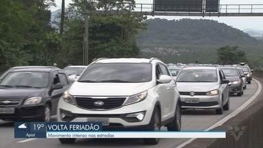 Turistas voltam para casa após três dias de sol na Baixada Santista - Movimentação nas estradas começou logo cedo. Operação subida foi implantada no SAI.