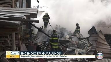 Incêndio atinge madeireira em Guarulhos - Local, que fica no bairro de Vila Galvão, pegou fogo na manhã desta terça-feira.