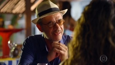 Duque contrata Nicole para trabalhar no bar Flor do Caribe - Ele quer que ela monte um time de moças bonitas para dançar no bar