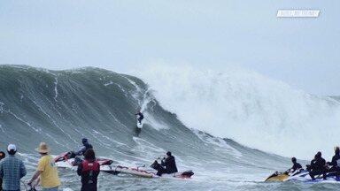 Swell em Mavericks - Em Mavericks,Chumbo se prepara para o circuito mundial de ondas grandes, treinando junto com os melhores surfistas da modalidade. O campeonato é cancelado, mas ele fica para continuar treinando para ser campeão mundial.