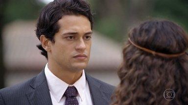 Hélio tenta fazer as pazes com Taís - Ele garante à namorada que a mulher que estava em sua casa era sua mãe. Taís não acredita