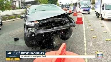 Carro fica completamente destruído em batida depois de uma perseguição na Marginal Tietê - Trânsito ficou complicado na manhã desta quinta-feira, dia 15 de outubro.