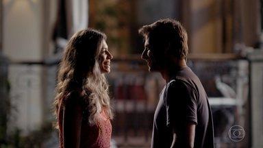 Ester e Cassiano saem no meio da noite - Guiomar vê o casal se beijando no jardim da mansão
